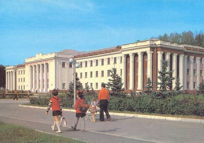 Postcard: Moldavian SSR: Cahul. Pedagogical School Makarenko (Picture Side)